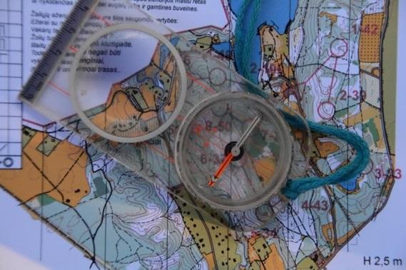 Kompasas ir sportinis žemėlapis.