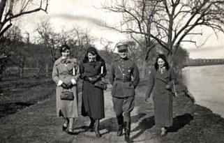 Pasivaikščiojimas Šventosios pakrante Ukmergeje. Pirma iš dešinės J.Paulauskaite (Zaborskiene), antras – P. Bareisis. Apie 1933–1934. J. Zaborskio nuotrauka.