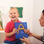 Vaikas netaisyklingai taria: kada sunerimti?