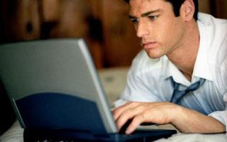 vyras-kompiuteris-senbernis
