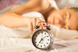 Paaugliai miega vis mažiau, ką daryti?