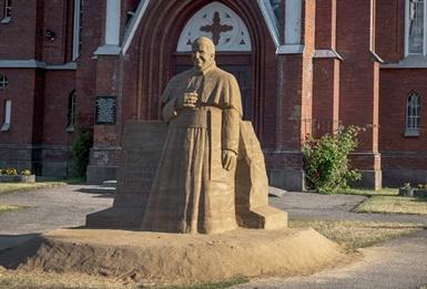 Šilalės stebina unikaliomis smėlio skulptūromis – iškilo ir Popiežiaus skulptūra