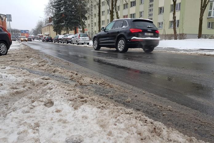 Užklupus žiemai, sudėtinga situacija keliuose – ant kieno pečių gula atsakomybė dėl eismo dalyvių saugumo?