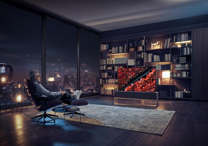 """""""LG"""" kviečia pasitikti ateitį: pristatė pirmąjį pasaulyje susivyniojantį OLED televizorių"""