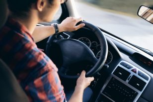 Draudikai atkreipia dėmesį: ką reikia žinoti mokant vairuoti šeimos narį?