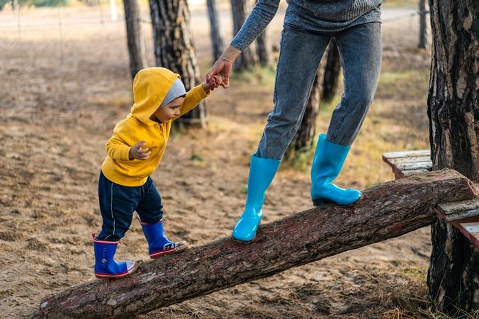 Pasivaikščiojimai ir žaidimai lauke – tik saugiu atstumu